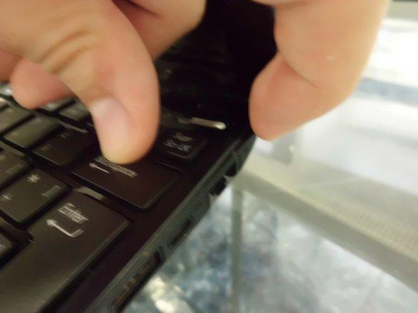 Mediante una herramienta de extracción, separamos el teclado del chassis del netbook, tiene varias pestañas.