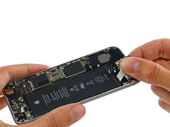 Amiamo queste linguette adesive per estrarre la batteria. Se tirate nel modo giusto, risparmiano il fastidio (e il potenziale pericolo) di forzare l'estrazione della batteria con un attrezzo affilato.