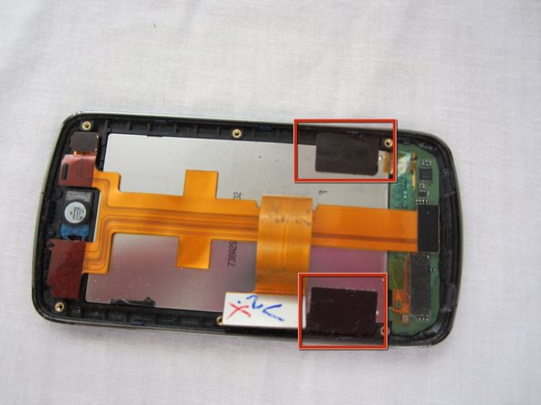 Retirez le ruban électrique noir qui maintient l'écran LCD à l'écran.