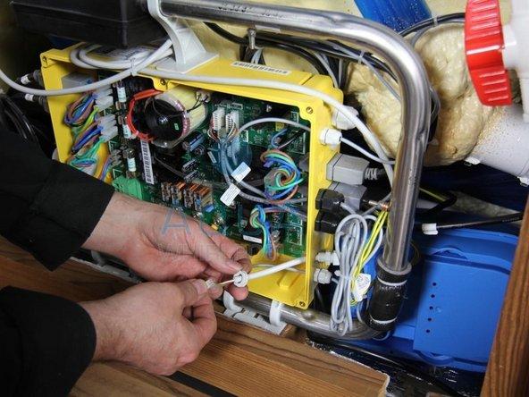 Kabel des Druckschalters aus der Steuerungsbox herausführen