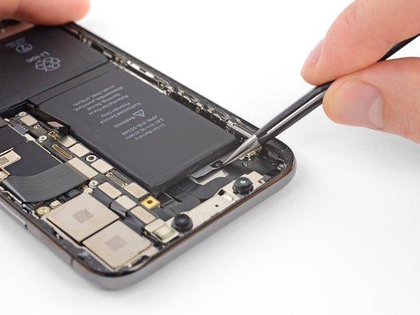 La dernière languette d'extraction est juste à côté du module Face ID. Si vous l'abîmez, seul Apple sera capable de le réparer, donc faites bien attention.