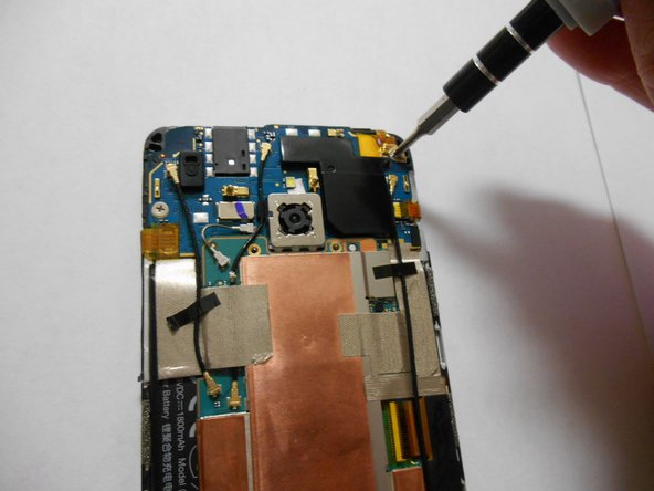 Image 2/3: Remove the screws using a Philips screwdriver.