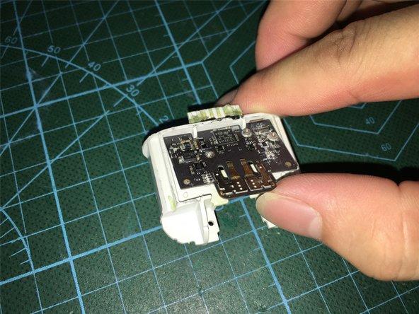 取下电路板后,可以看到电路板部分元件蚀非常严重,毕竟进水有很长时间了,