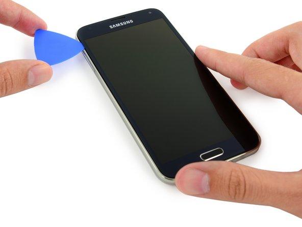 Faites glisser le médiator vers le bas le long du côté gauche du téléphone et arrêtez-vous au coin inférieur gauche.