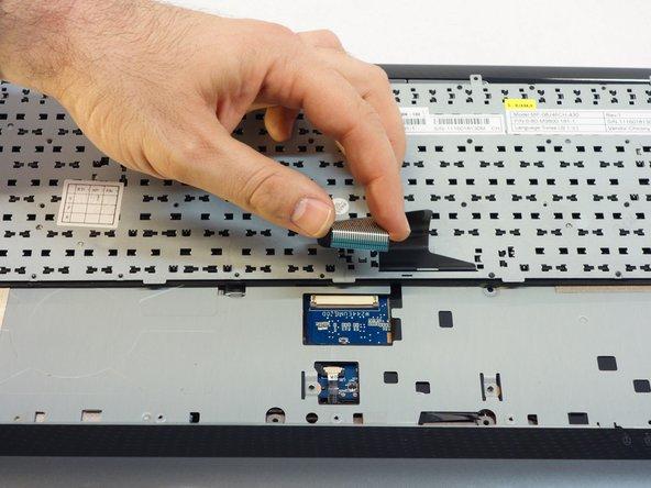 Faites glisser les 2 fermetures blanches a chaque extrémité du connecteur.