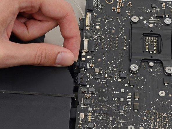 Ziehe vorsichtig den Stecker des Lüfterkabels gerade aus seinem Sockel auf dem Logic Board.