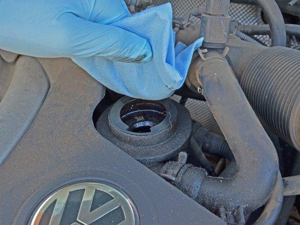 Essuyez la zone autour du bouchon avec un chiffon propre pour enlever toute trace d'huile ou de débris.