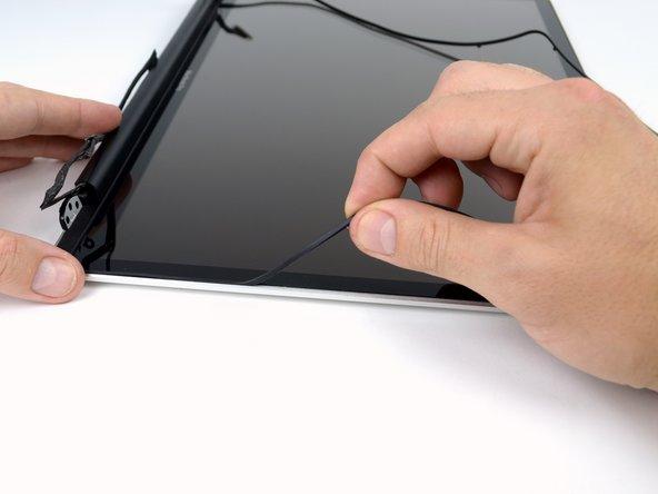 Continuez à enlever le joint en caoutchouc le long du bord droit de l'écran.