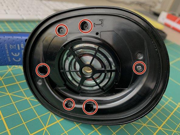 Insgesamt 6 Schrauben lösen. Kleinerer Kreuzschlitzschraubenzieher. Die Schrauben kann man auf den Magneten des Lautsprechers legen. So verliert mann keine ;-)