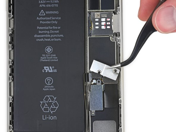 Retirez le support métallique du connecteur de batterie de l'iPhone.