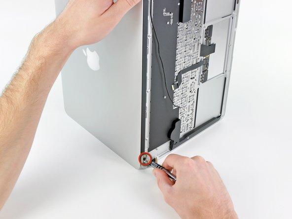 Öffne das Display, bis es senkrecht zum oberen Gehäuseteil steht und platziere es, wie auf dem Bild zu sehen, auf einen Tisch.