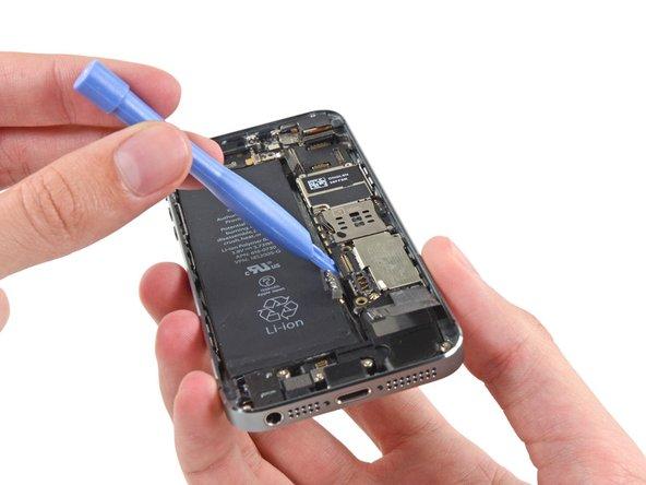 Benutze ein Plastic Opening Tool, um das Logic Board weit genug zu heben, damit du es mit deinen Fingern greifen kannst.