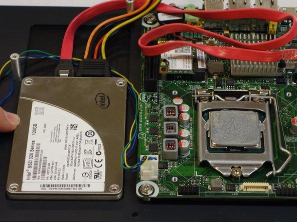 Sie haben nun die Zugriff auf die SSD Festplatte welche darunter befestigt ist.