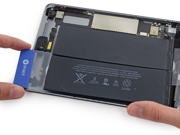 Déplacez la carte gauche vers le haut sous l'autre cellule de la batterie.