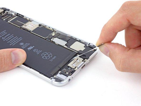 バッテリー本体側や下のコンポーネント(真下)に向かって引っ張らないでください。接着タブが裂けてしまいます。