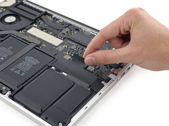 "Is Apple actually beckoning us in? The warning text on the battery that we've seen in the Vue éclatée du MacBook Pro 13"" avec écran Retina fin 2013 (center) has disappeared. Well then, let's dig in!"