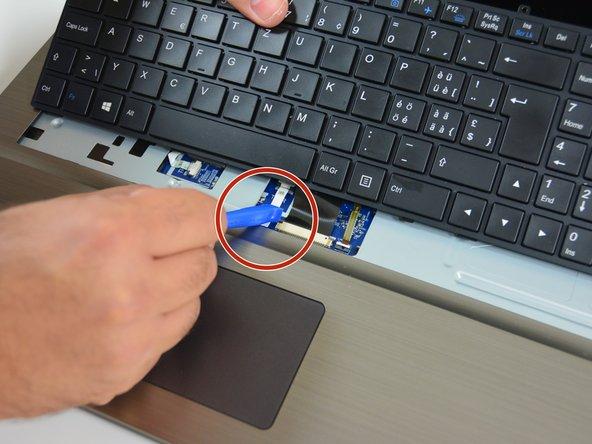 Faites de même avec le loquet gauche du connecteur fixant le câble principal.