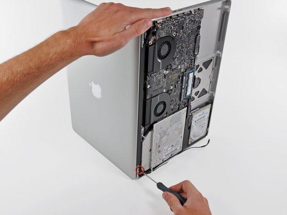 Veillez à maintenir l'écran et le boîtier supérieur avec votre main gauche. Si vous les lâchez, vous risquez de faire tomber l'écran ou le boîtier inférieur et donc de les abîmer.