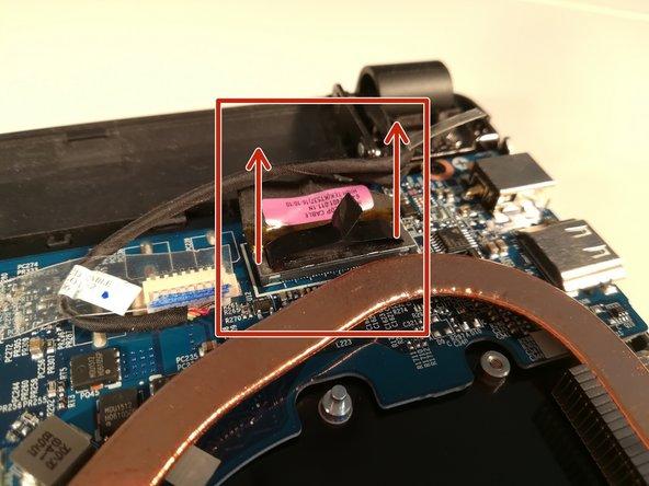 Déconnectez le connecteur encadré en rouge en le soulevant vers le haut