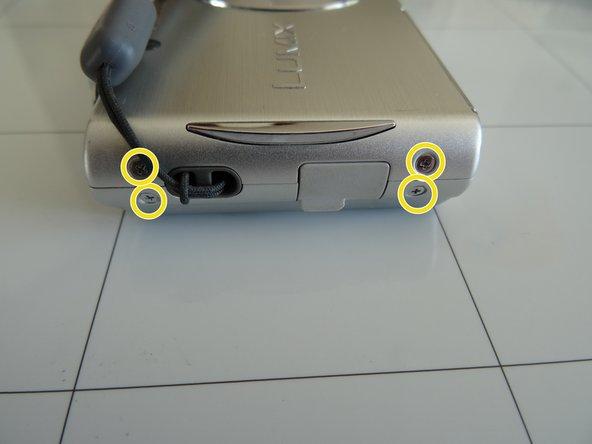 Entferne die vier 3,3 mm Kreuzschlitzschrauben von der linken Seite.