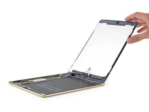 Image 1/2: Это приятный сюрприз, ведь в первом iPad Air кабели от дигитайзера и матрицы были разведены по двум соседним краям дисплея. Оторвать один из них по незнанию ничего не стоило.