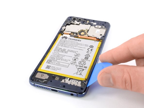 Repeat the procedure on the right edge of the phone to cut the adhesive underneath the midframe bezel.