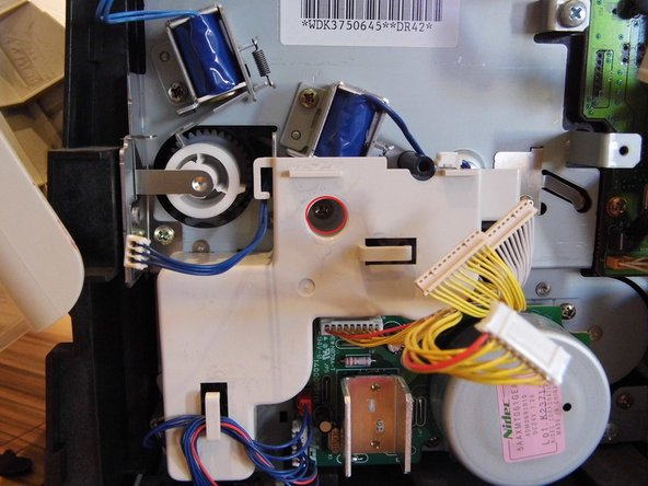 Image 1/2: Achte darauf, die Kabel aus der Halterung zu entfernen! (Bild 2, grün markierter Bereich)