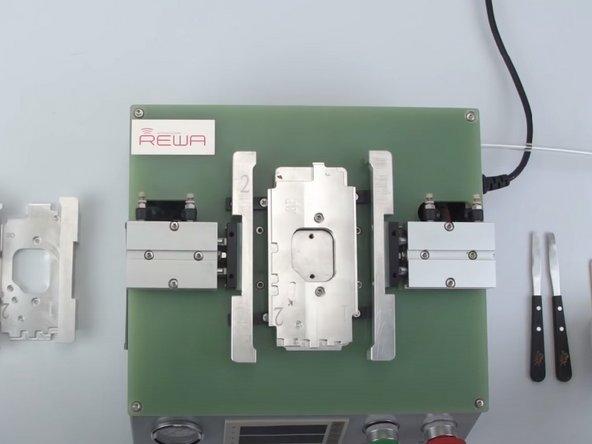 Schließe den Glasrückseiten-Trenner an. Verbinde den Glasrückseiten-Trenner zu einem Luftkompressor mit einem Luftschlauch. Schalte den Kompressor ein. Öffne das Luftventil.