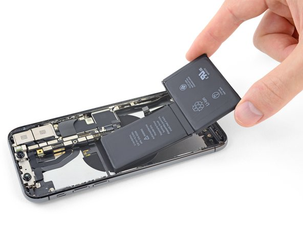 Ôtez la batterie de l'iPhone.