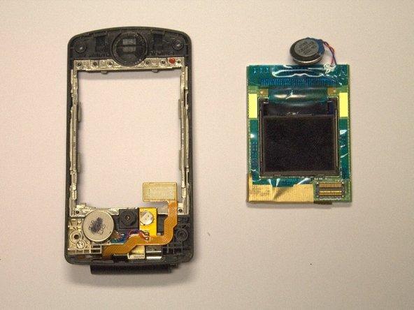 La carte de circuit imprimé contenant l'écran LCD extérieur et intérieur devrait maintenant être facilement retirée du boîtier du téléphone avec vos doigts.