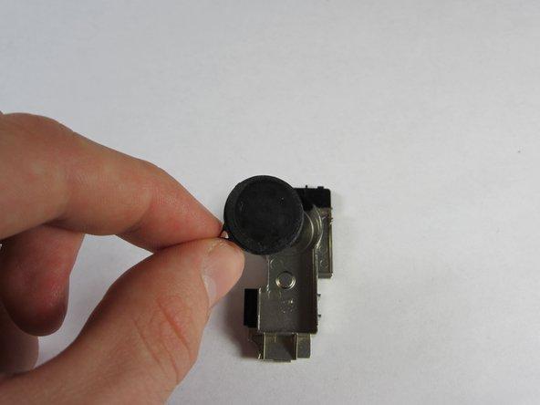 Tirez le haut-parleur hors du composant en attrapant le fil attaché à celui-ci afin de le remplacer.