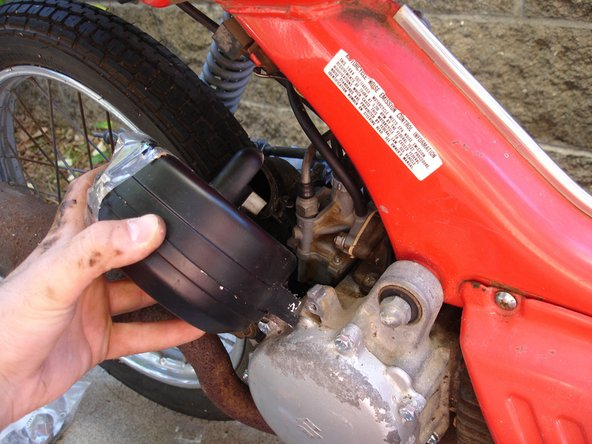 That's contractor-grade 3M packing tape holding the airbox together. Only the best for my moped.