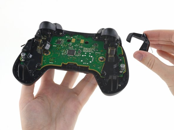 Underneath the rear casing, we find a couple of snazzy battery eject levers—something we haven't seen in other controllers.