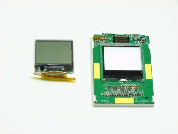 Tirez l'écran et le ruban de bande sur la carte de circuit imprimé.