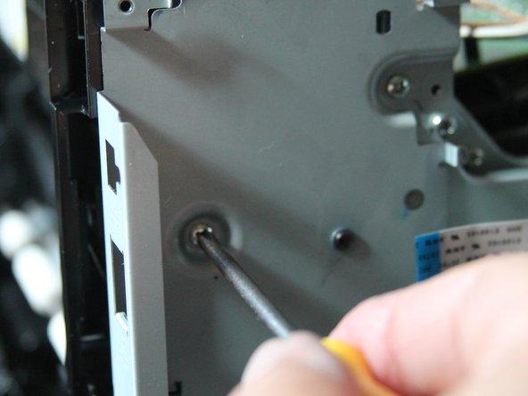Unter der I/O-Karte liegendes Metallblech (Halterung für I/O-Karte) ist mit 3 Schrauben gesichtert. Alle 3 Schrauben herausnehmen