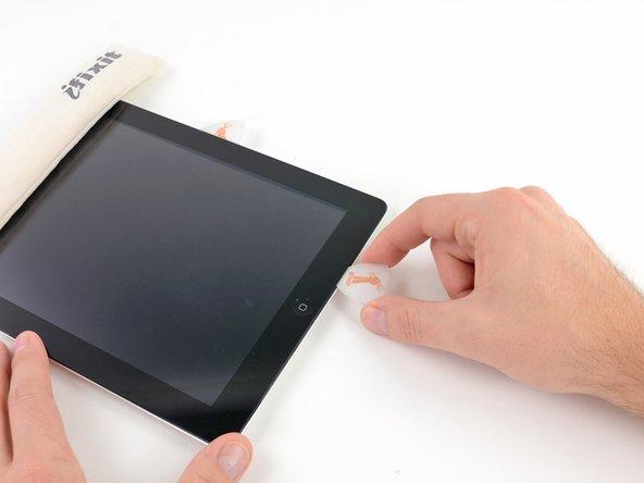 Ziehe das Pick nicht vollständig unter dem Frontglas hervor, sondern nur ein bisschen, sodass sich 1-2 mm der Spitze noch unter dem Frontglas befinden.