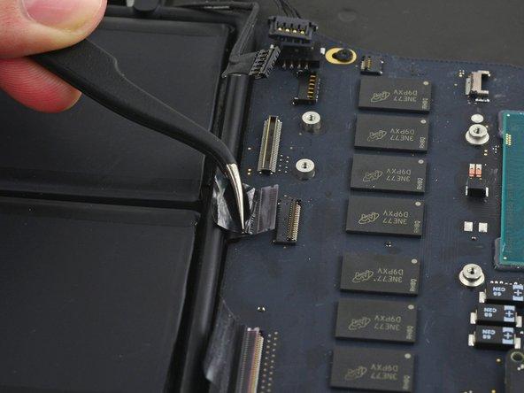 Ziehe das Flachbandkabel zum Trackpad gerade aus seinem Sockel auf dem Logic Board.
