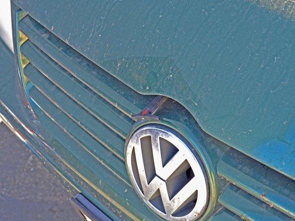 Il devrait maintenant y avoir un levier noir avec une flèche rouge qui dépasse du capot.