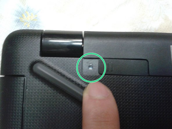Mueve el seguro de batería izquierdo hacia la derecha