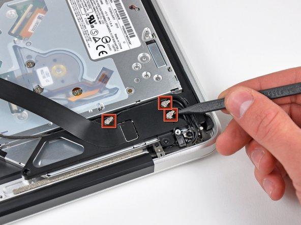 Avec la pointe d'une spatule, débranchez les trois connecteurs d'antenne de la carte AirPort/Bluetooth.