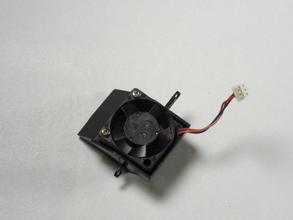 Replacez le support du ventilateur dans la Dreamcast en utilisant deux vis cruciforme #00 de 8.5mm