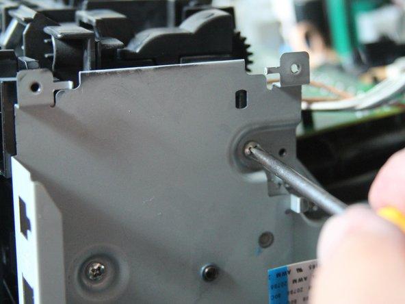 Unter der I/O-Karte liegendes Metallblech (Halterung für I/O-Karte) ist mit 3 Schrauben gesichert. Alle 3 Schrauben herausnehmen