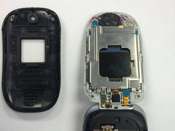 Regardant le téléphone sur le côté, cherchez le pli entre la couverture noire et la partie argentée du téléphone.