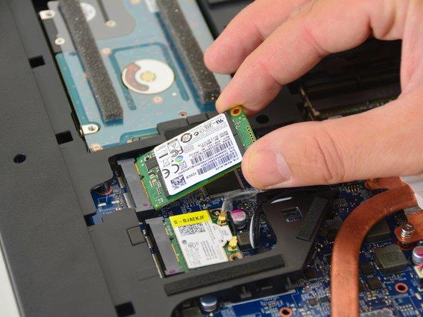 Entfernen Sie die SSD Festplatte.
