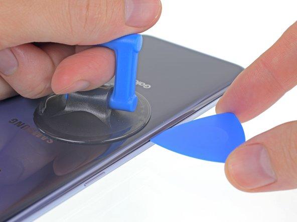 Il vetro posteriore può rompersi se eserciti una forza eccessiva o provi a far leva con un attrezzo metallico.