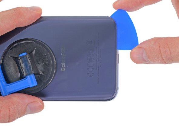 Scalda di nuovo la cover posteriore secondo necessità per evitare che l'adesivo si raffreddi e si solidifichi.
