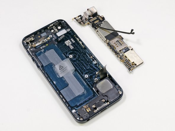 The logic board and 8 megapixel iSight camera come out together, leaving several components behind in the rear case—another win for modularity.