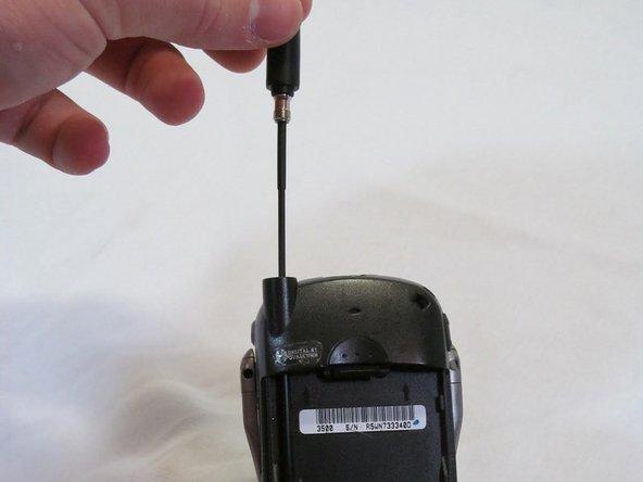Une fois dévissé, tirez l'antenne vers le haut et vers l'extérieur.
