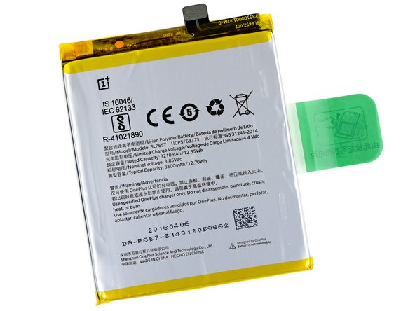 "The friendly green tab on this relatively accessible battery says, ""由此拉起可拆出电池"". This translates to ""Pull up and out to remove the battery."""