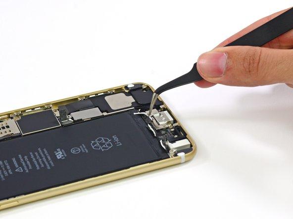 Il connettore della batteria è coperto da una piastrina metallica, della quale abbiamo facilmente ragione con le nostre pinzette metalliche.
